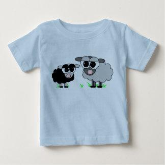 Pequeñas ovejas negras lindas y camisa gris grande