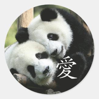 Pequeñas pandas gigantes cariñosas chinas pegatina redonda
