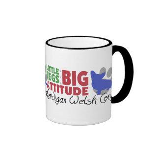 Pequeñas piernas de la rebeca taza de café
