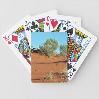 Pequeñas plantas en dunas de arena rojas baraja cartas de poker
