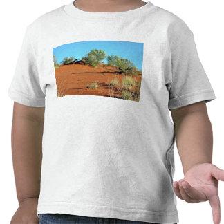 Pequeñas plantas en dunas de arena rojas camisetas