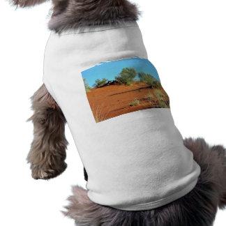Pequeñas plantas en dunas de arena rojas camiseta de perro