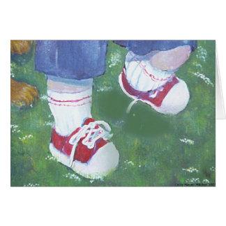 Pequeñas zapatillas de deporte rojas tarjeta de felicitación