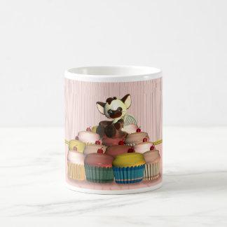 pequeño ángel del gato en la torta de hadas, magda taza básica blanca
