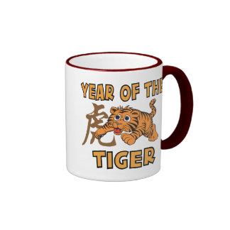 Pequeño año lindo del tigre taza de dos colores