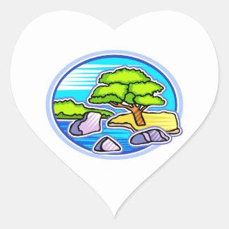 pequeño árbol por los bonsais del agua como diseño pegatina en forma de corazón