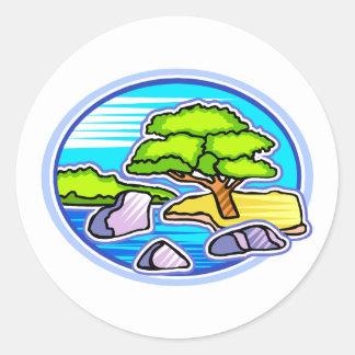 pequeño árbol por los bonsais del agua como diseño pegatina redonda