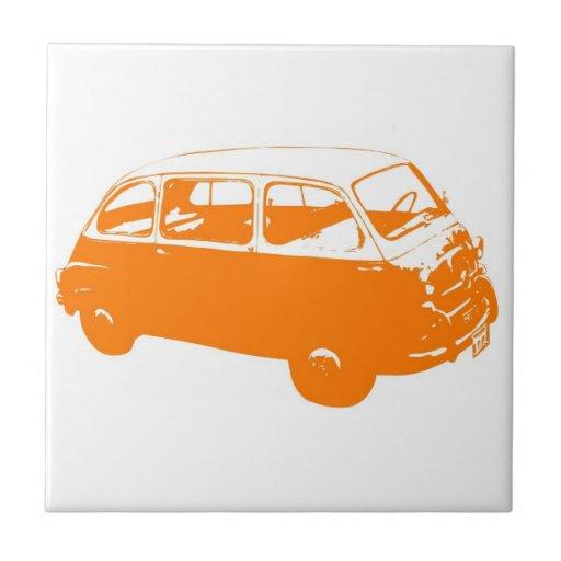 Pequeño autobús anaranjado azulejo