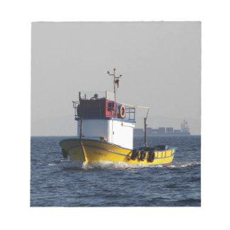 Pequeño barco de pesca amarillo blocs de notas