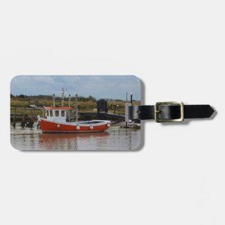 Pequeño barco de pesca anaranjado etiquetas para maletas