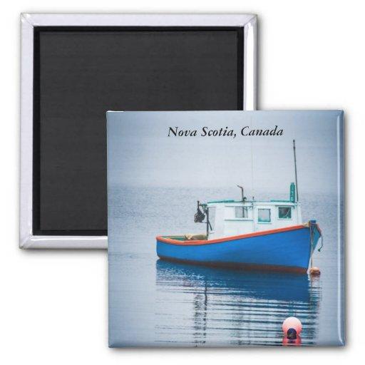Pequeño barco de pesca azul imán cuadrado