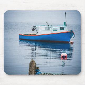 Pequeño barco de pesca azul tapete de ratones
