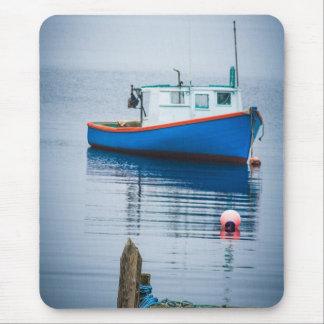 Pequeño barco de pesca azul alfombrilla de ratón