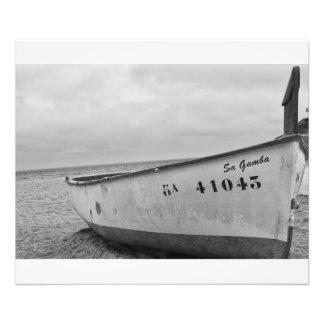 Pequeño barco de pesca costero en la playa cojinete