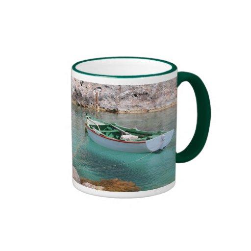 Pequeño barco de pesca taza