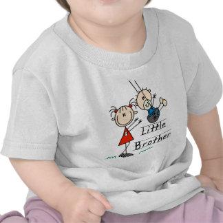 Pequeño Brother con las camisetas de la hermana gr
