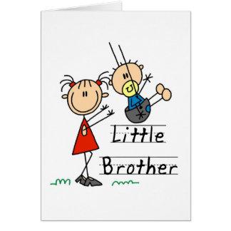 Pequeño Brother con las camisetas de la hermana gr Tarjeton