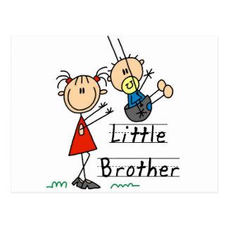 Pequeño Brother con las camisetas de la hermana gr Postales
