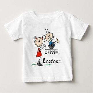 Pequeño Brother con las camisetas de la hermana