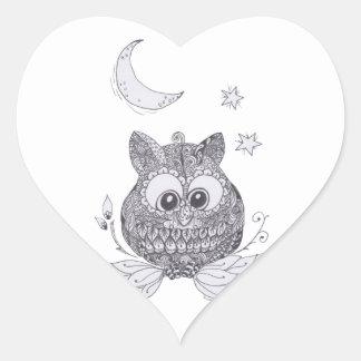 Pequeño búho con la luna pegatina en forma de corazón