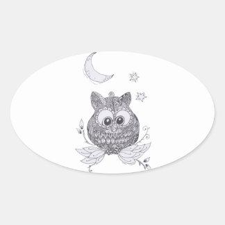 Pequeño búho con la luna pegatina ovalada
