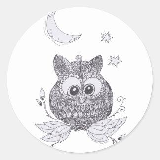 Pequeño búho con la luna pegatina redonda