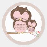 Pequeño búho dulce de la mamá y del bebé en una pegatina redonda