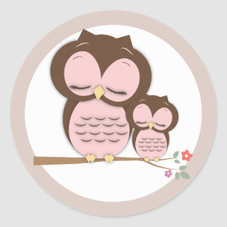 Pequeño búho dulce de la mamá y del bebé en una etiquetas redondas