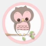 Pequeño búho dulce de la niña en una rama etiquetas