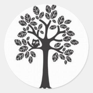 Pequeño búho en un árbol grande pegatina redonda