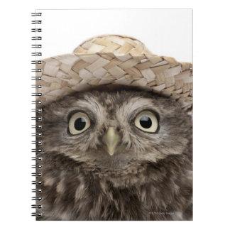 Pequeño búho que lleva un gorra de paja - noctua d note book