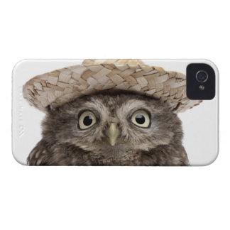 Pequeño búho que lleva un gorra de paja - noctua d iPhone 4 Case-Mate cárcasas