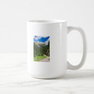 pequeño camino a lo largo del río taza de café