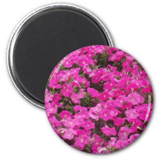 Pequeño campo de flores rosadas oscuras imán redondo 5 cm
