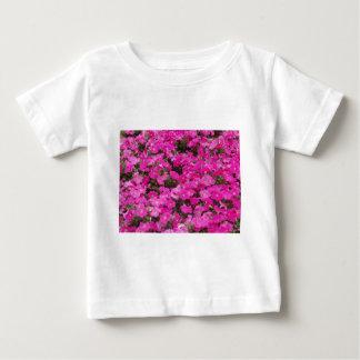 Pequeño campo de flores rosadas oscuras camiseta