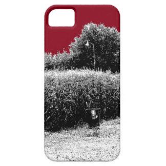 Pequeño campo de maíz con el cielo rojo oscuro iPhone 5 carcasa