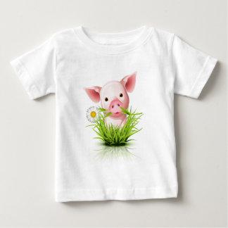 Pequeño cerdo rosado en hierba playera