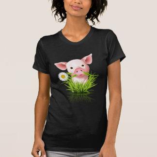 Pequeño cerdo rosado en hierba polera