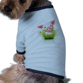 Pequeño cerdo rosado en hierba camisetas de mascota
