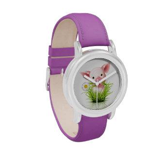 Pequeño cerdo rosado en hierba verde relojes
