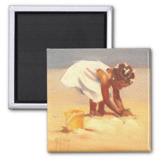 Pequeño chica africano en la playa imán para frigorifico