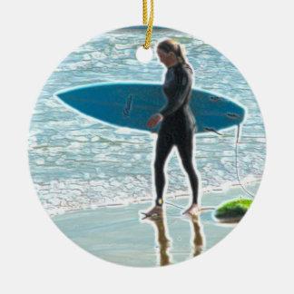 Pequeño chica de la persona que practica surf adorno navideño redondo de cerámica