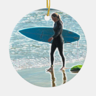 Pequeño chica de la persona que practica surf adorno redondo de cerámica