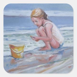 Pequeño chica del beachcomber con el cubo amarillo pegatina cuadrada