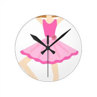Pequeño chica lindo de la bailarina en tutú rosado reloj redondo mediano