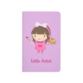 Pequeño chica lindo del pintor del artista en el cuadernos grapados