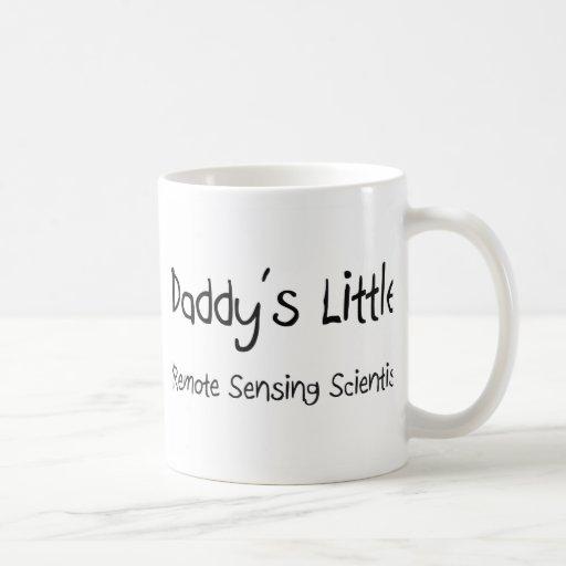 Pequeño científico de la teledetección del papá tazas de café