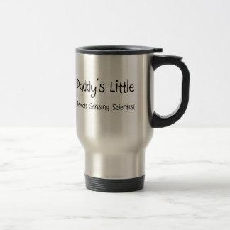Pequeño científico de la teledetección del papá taza de café