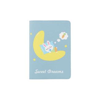 Pequeño conejito del bebé el dormir lindo en la porta pasaporte