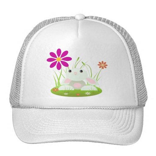 Pequeño conejito verde del bebé con las flores gorro de camionero
